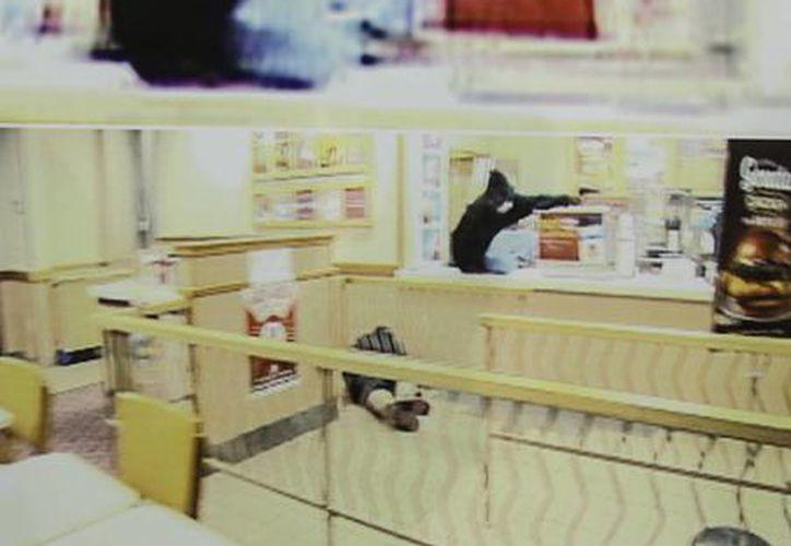 Videograbación del asalto en el que murió Bryce Dion, empleado del programa Cops. (Fotos: AP)