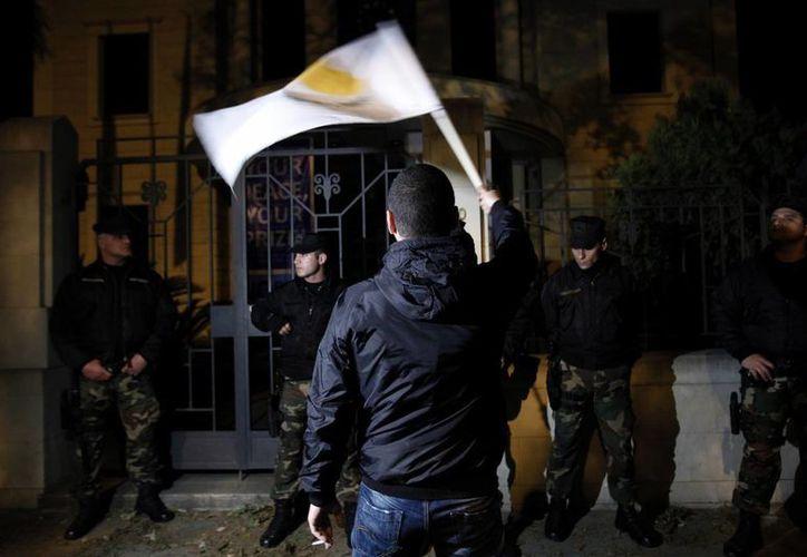 Protesta contra el plan de rescate internacional, en Nicosia, capital de Chipre. (Agencias)