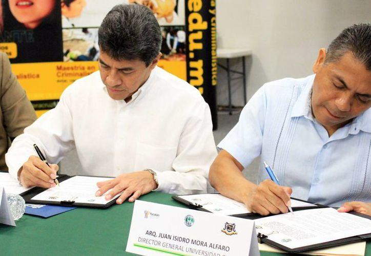 El fiscal general del Estado, Ariel Aldecua (i), durante la firma de un convenio con el Colegio Libre de Estudios Universitarios. (Milenio Novedades)