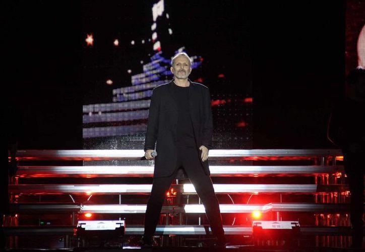 El cantante español Miguel Bosé presentó sus mejores éxitos en compañía de artistas como Pepe Aguilar, Ximena Sariñana, Benny Ibarra y Ana Torroja, entre otros.(Notimex)