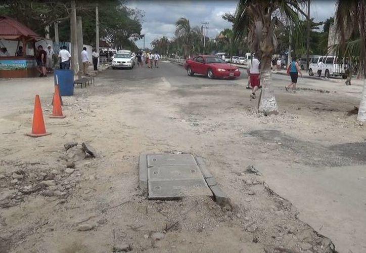 Las obras en el camino que lleva a la zona arqueológica están paradas desde hace dos semanas, denuncian comerciantes. (Rossy López/SIPSE)