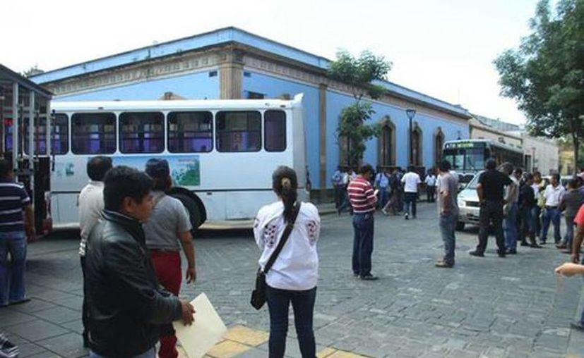 Integrantes de la sección 22 tomaron autobuses para cerrar las calles; además, a través de una circular, llamaron a los maestros a participar en protestas contra la desaparición del Ieepo. (Óscar Rodríguez/Milenio)
