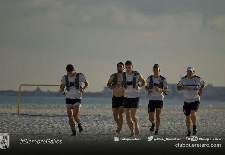 Gallos Blancos de Querétaro se encuentra en Cancún para realizar sus trabajos de playa correspondientes. (Contexto/ @Club_Queretaro).