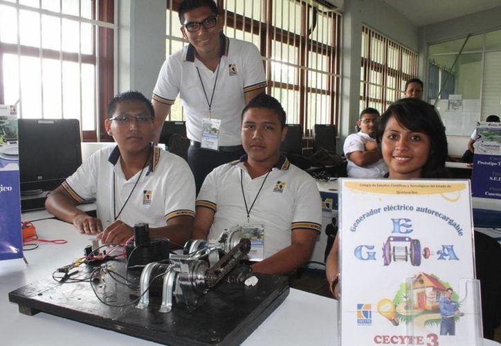 Estudiantes del Cecyte III, se unieron y elaboraron el generador eléctrico. (Sergio Orozco/SIPSE)