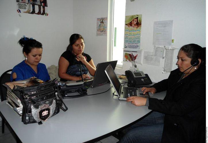 En el call center, habilitado en una casa, 14 operadores atienden pedidos desde distintos puntos de EU. (Agencia Reforma)
