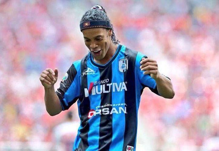 El andar de Ronaldinho por la institución de los Gallos Blancos ha representado un vaivén de emociones y decepciones a lo largo del año (AP).