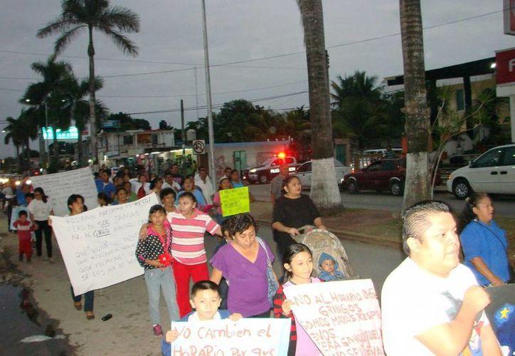 """Miembros de la agrupación """"Alianza Ciudadana"""" advierten que habrán más protestas en contra del cambio de horario. (Manuel Salazar/SIPSE)"""