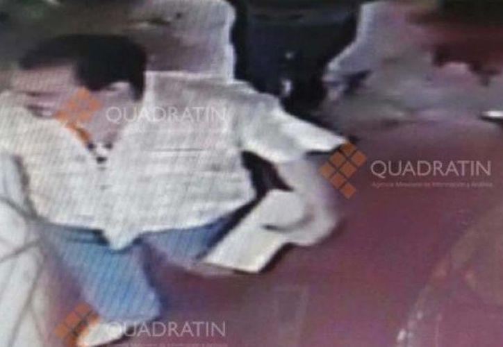 Según imágenes registradas en video, el cura entra al hotel con el menor. (sdpnoticias.com)