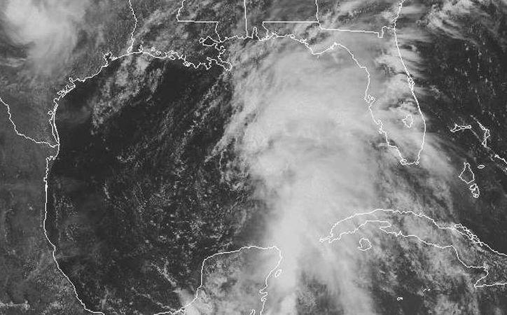 La zona de inestabilidad que tiene potencial de ciclón aún no se organiza, pero se ha alejado (al menos el vórtice -centro-) de la Península de Yucatán, pero en el Golfo de México puede fortalecerse. (National Hurricane Center)