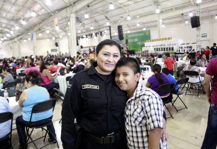 José Guadalupe, de 10 años, se dijo feliz de tener en casa a una superhéroe, es decir, a su madre. (C. Ayala/SIPSE)