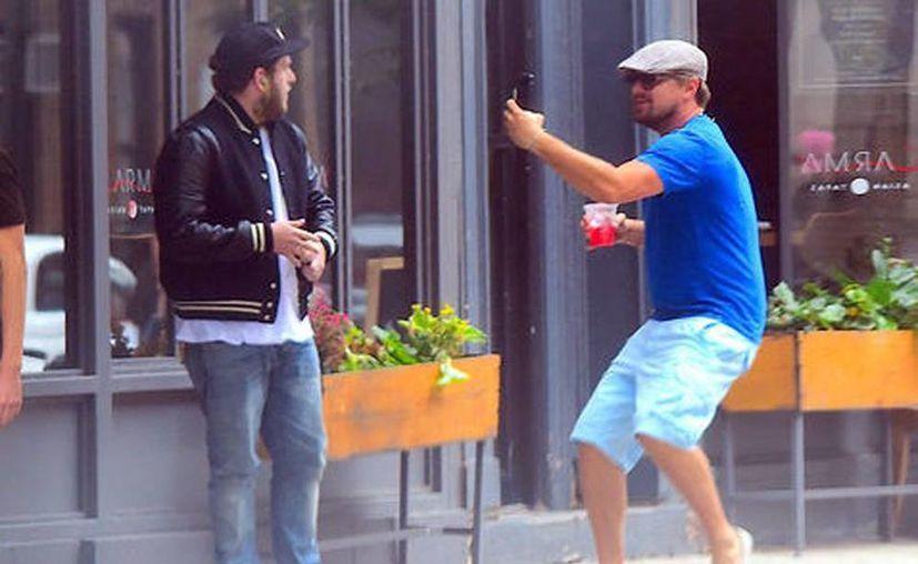 DiCaprio sorprendió a Hill afuera de un restaurante al correr hacia él fingiendo que le estaba tomando fotos con su celular. (Captura de pantalla/Youtube)