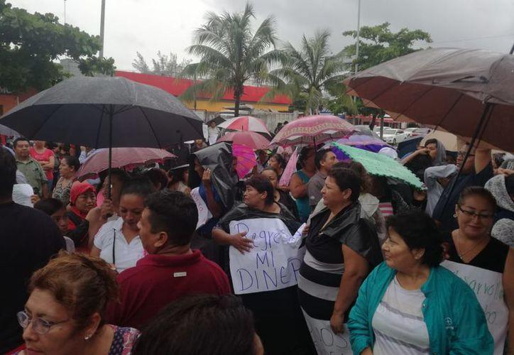 Alrededor de 150 personas se manifestaron frente a las instalaciones de la Desarrolladora de la Riviera Maya. (SIPSE)