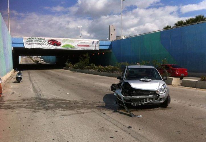 La mujer se impactó contra una de las paredes del puente. (Sergio Orozco/SIPSE)