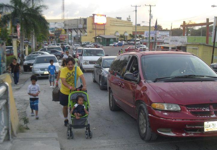 Las personas llegan desde muy temprano para realizar sus compras, pero la salida del lugar tarda horas. (Juan Palma/SIPSE)