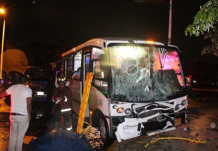 Socorristas acudieron de inmediato para sacar a los heridos del camión. (Redacción/SIPSE)