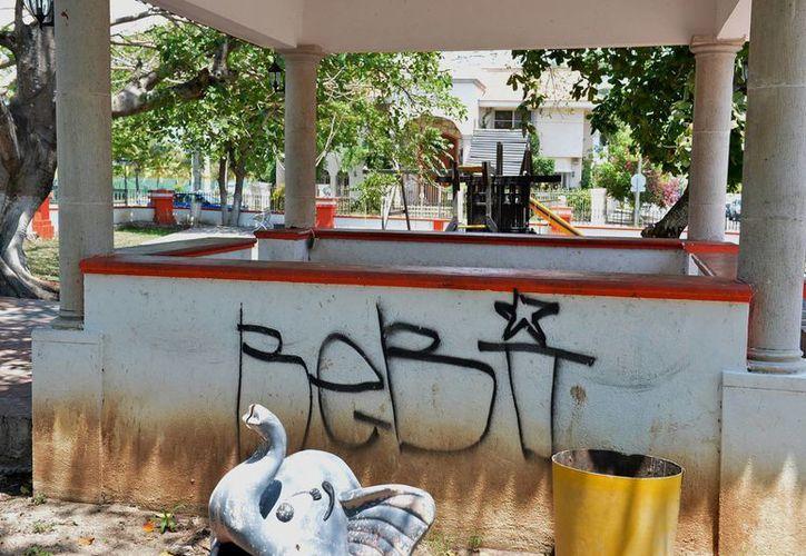 El parque presenta la huella de la presencia de los delincuentes. (Gustavo Villegas/SIPSE)