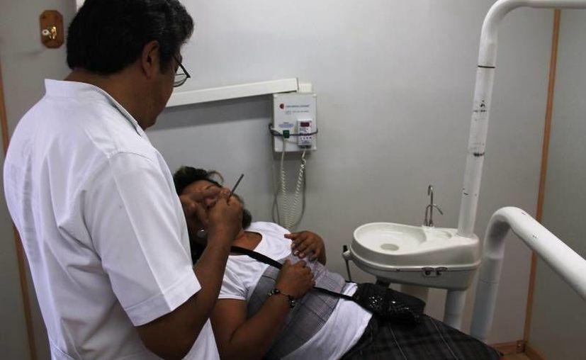 Los médicos de centros de salud, realizaron limpiezas dentales, selladores de fosetas, revisión de tejidos bucales, entre otras actividades. (Harold Alcocer/SIPSE)