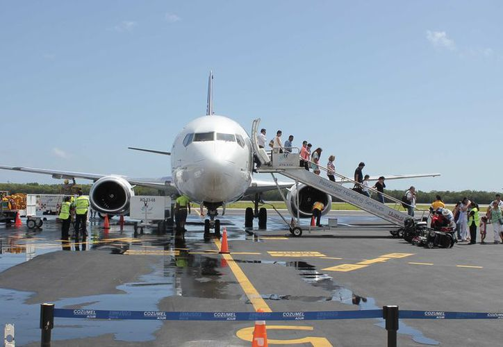 Se tiene programado que la aeronave toque tierra alrededor de la una de la tarde de hoy domingo. (Gustavo Villegas/ SIPSE)