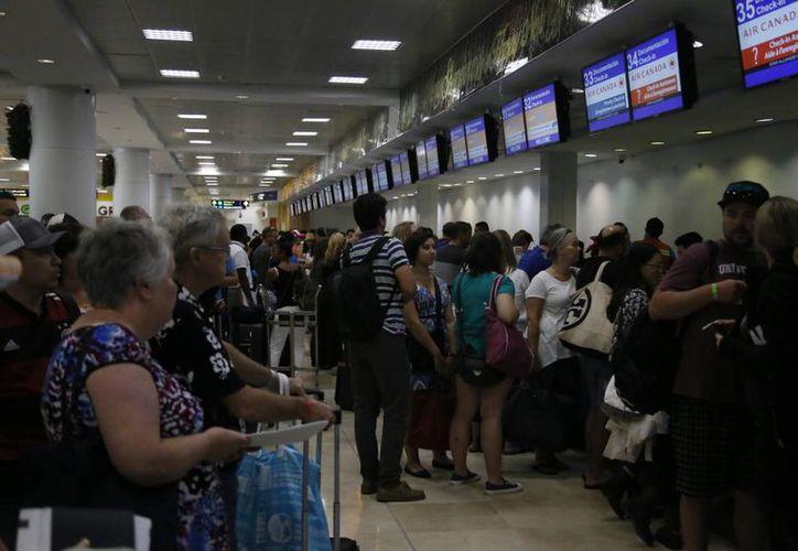 El aeropuerto reporta más de mil 900 operaciones. (Israel Leal/SIPSE)