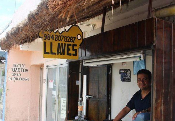 Julián Elías Osorio realiza el oficio de la cerrajería desde los 15 años.  (Yesenia Barradas/SIPSE)