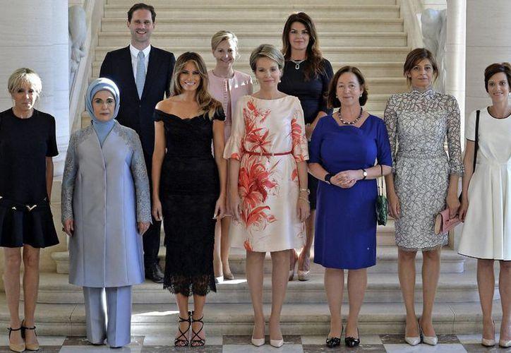 Gauthier Destenay, esposo de  Xavier Bettel, primer ministro de Luxemburgo, posó sonriente junto a nueve primeras damas. (Foto: El país)