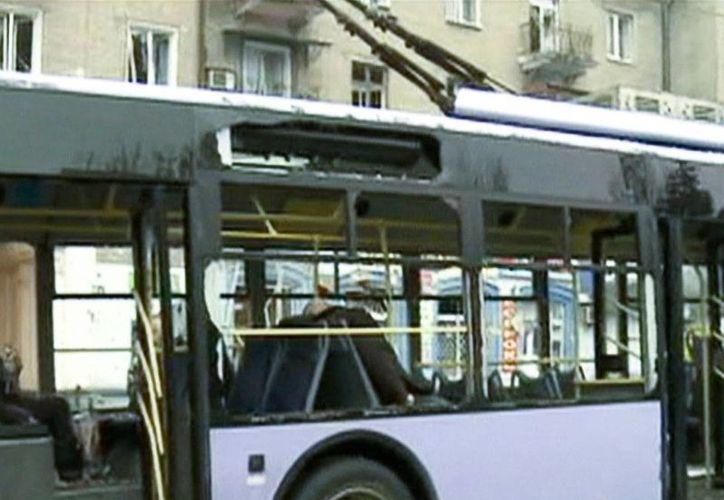 Imagen tomada del canal de televisión RU-RTR que muestra el autobús que fue alcanzado por un proyectil, ataque en el que murieron al menos 7 personas en Donetsk, Ucrania. (AP)