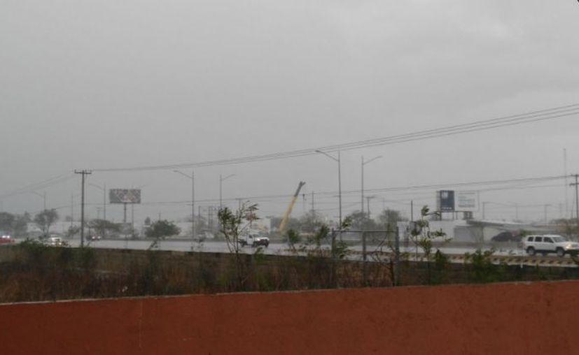 La fuerte lluvia se hizo presente en algunas zonas de la ciudad.  (Imagen: Twitter: @alesstraek)