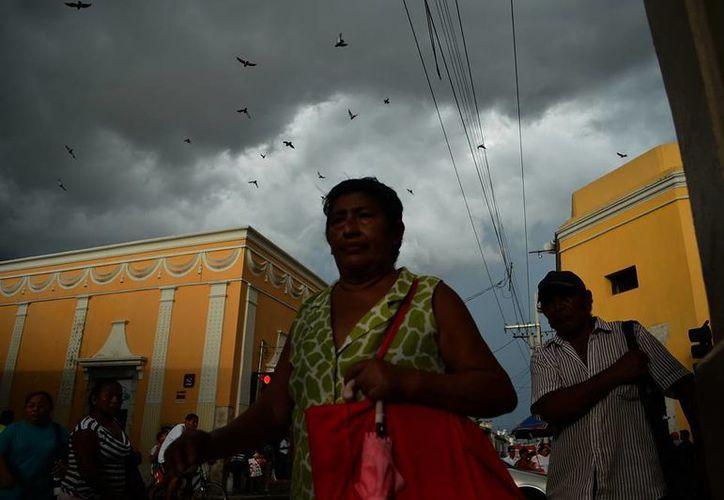 El cielo nublado predominó la tarde de ayer en la capital yucateca. (Luis Pérez/SIPSE)