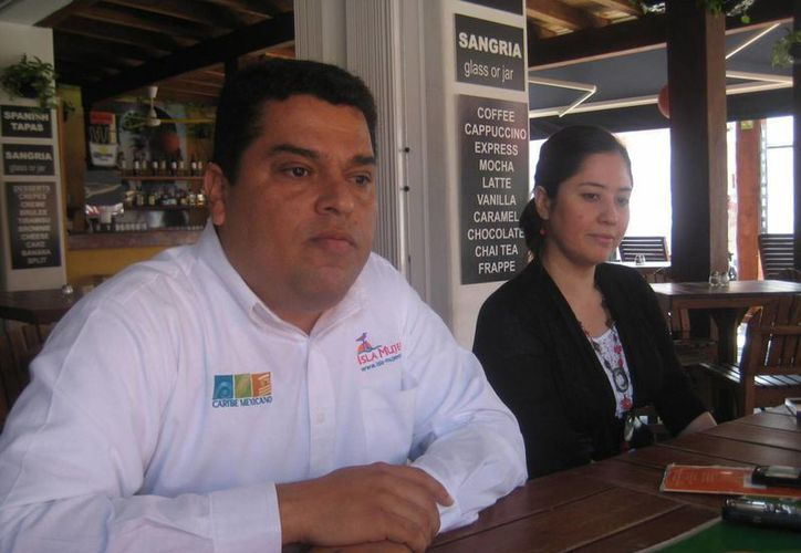 Funcionario de la Comuna isleña hizo la presentación de la campaña en redes sociales. (Lanrry Parra/SIPSE)