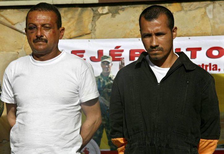 """Imagen en la que se observa a Alexander Farfán o """"Enrique Gafas"""" (d) y a Gerardo Antonio Aguilar, alias """"César"""" (i). (EFE/Archivo)"""