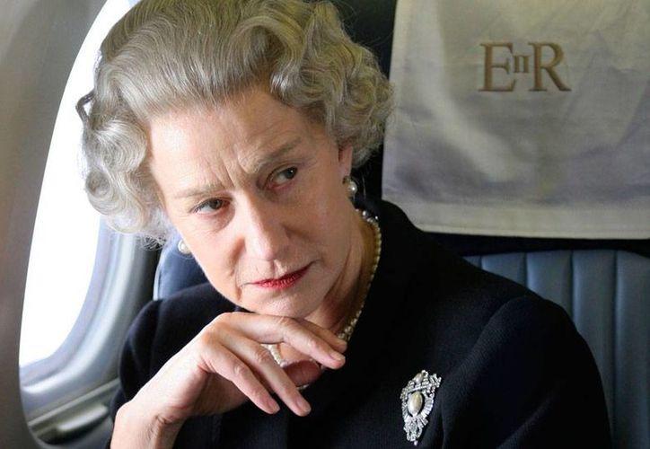 La actriz Helen Mirren, quien en la foto aparece caracterizada como la Reina Isabel II, reveló que padece la enfermedad de Parkinson. (Archivo/movieplayer.it)
