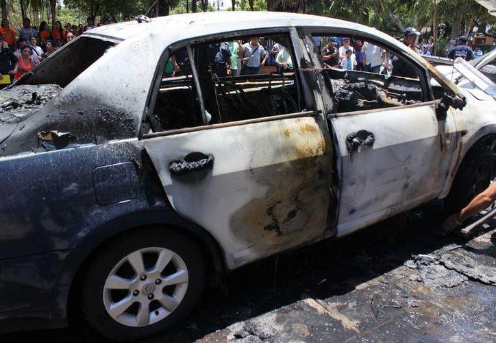 Un vehículo Tiida se incendió en el Centro Histórico de Mérida hoy por la mañana. Se reportó como pérdida total y no se registraron heridos. (SIPSE)