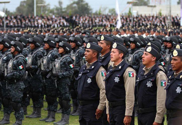 Según analistas privados de economía, entre los principales factores que obstaculizarían el crecimiento económico de México en los próximos meses se encuentran los problemas de inseguridad pública. En la gráfica, elementos de la Gendarmnería Nacional, de reciente creación. (Notimex)