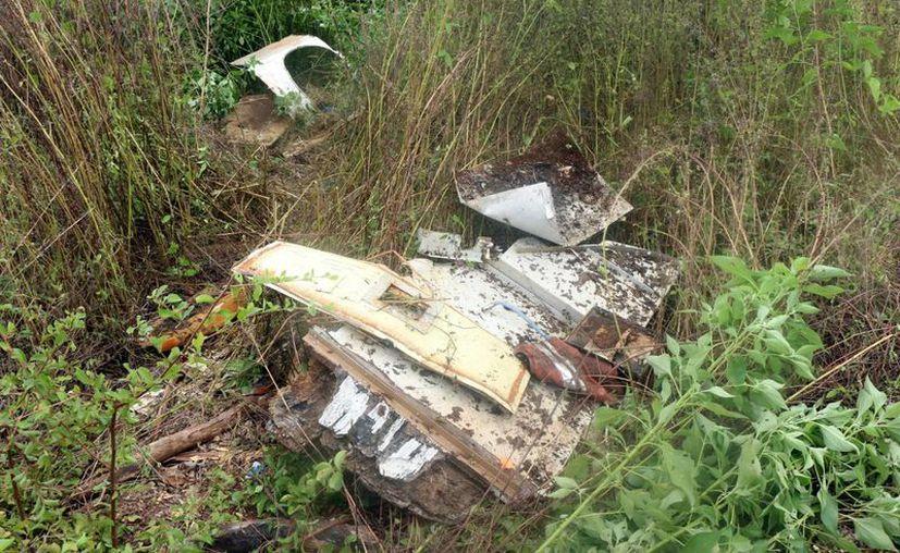 Pedazos de láminas y plástico es lo que queda de la nave que se estrelló en 2007 en Tixkokob. (José Acosta/SIPSE)