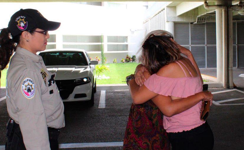 Emotivo abrazo entre madre e hija: la chef Brianda Castillo se reencontró con sus familiares, en Mérida. (SSP/Twitter)