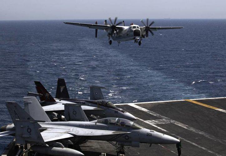 Aviones de combate estadounidenses despegan para efectuar misiones en Irak desde el portaaviones USS George H.W. Bush, en el Golfo Pérsico. (Agencias)