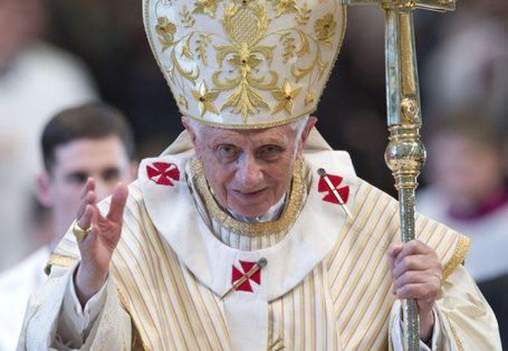 El Papa Benedicto XVI entrega su bendición mientras termina la celebración por la Epifanía en la Basílica de San Pedro. (Agencias)