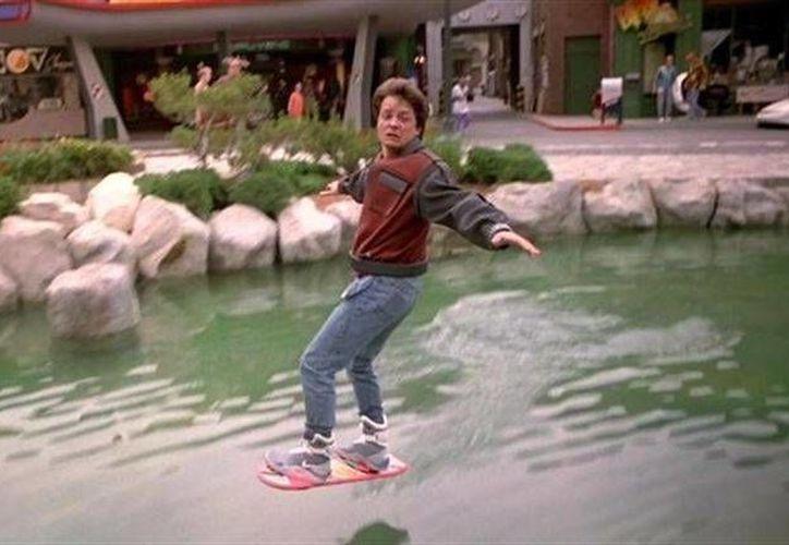 """La patineta voladora que Marty McFly utiliza en 'Back to the future 2' está cada vez más cerca de hacerse realidad, ya que una empresa está llevando a cabo el modelo que tendría el nombre de """"Hoverboard"""". (europapress.net)"""