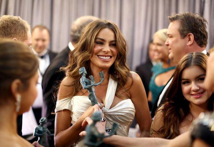 Tras bambalinas, Sofía Vergara presume su premio SAG. (Agencias)