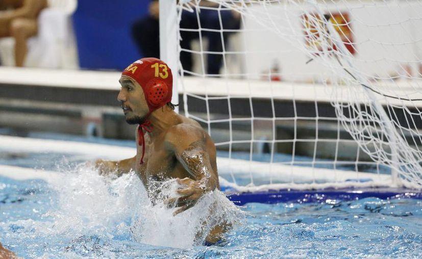 La Policía canadiense ha emitido una orden de arresto contra el jugador de la selección brasileña de waterpolo, Thye Mattos Ventura, acusado por asalto sexual. En la imagen Mattos contra Venezuela en los Juegos Panamericanos 2015. (AP)