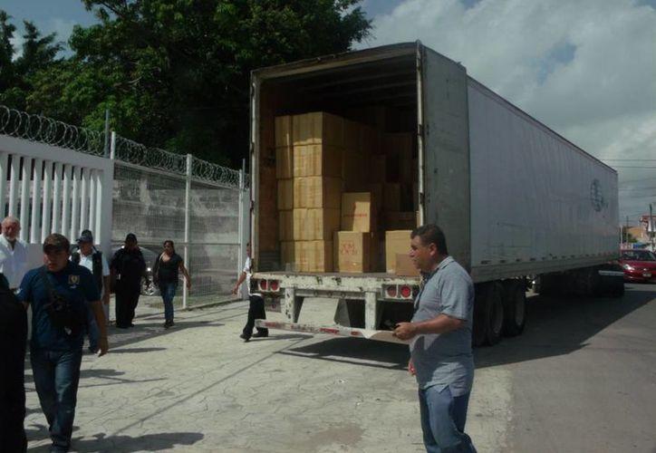 El cargamento fue transportado por un tráiler, siempre custodiado por elementos de la Policía Federal. (Harold Alcocer/SIPSE)