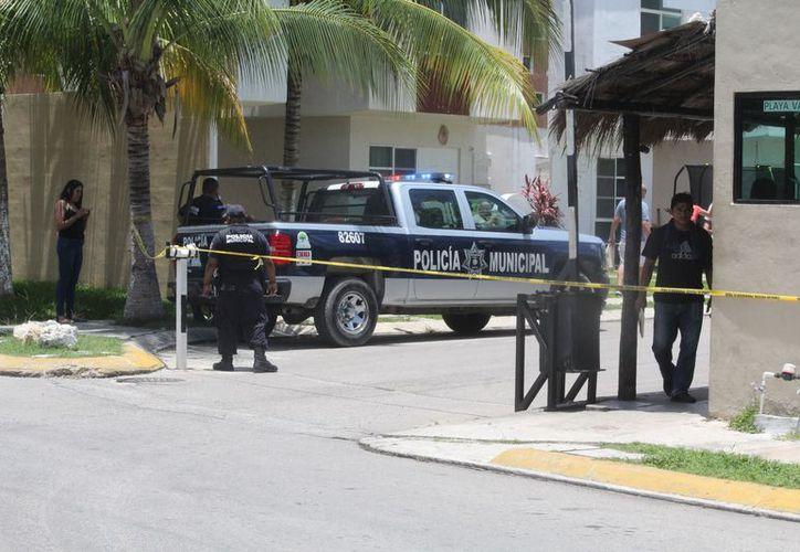 Paramédicos de una ambulancia particular trasladaron a la víctima al Hospital CostaMed, donde murió ayer. (Redacción)