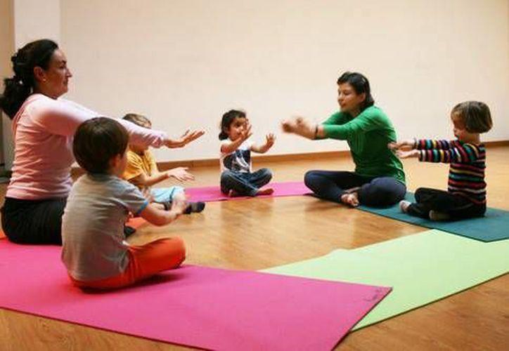 El próximo año iniciará un programa piloto que consiste en dar clases de yoga en escuelas públicas. (Contexto)