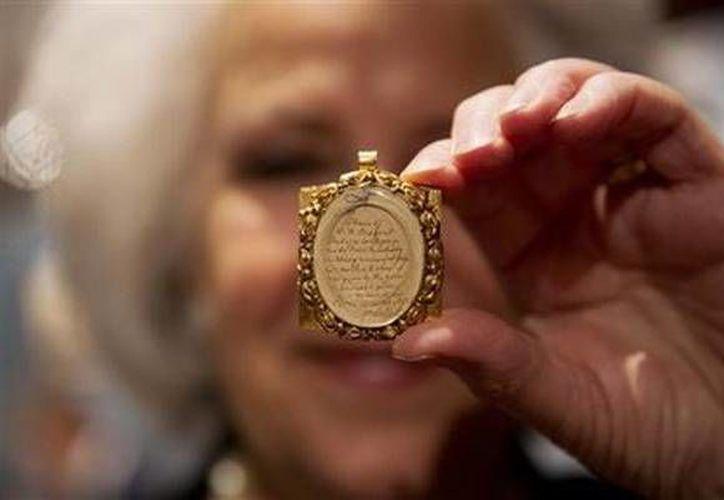 Sotheby's pondrá a la venta un  mechón de pelo del compositor Wolfgang Amadeus Mozart, contenido en un relicario dorado del siglo XIX. (AP)