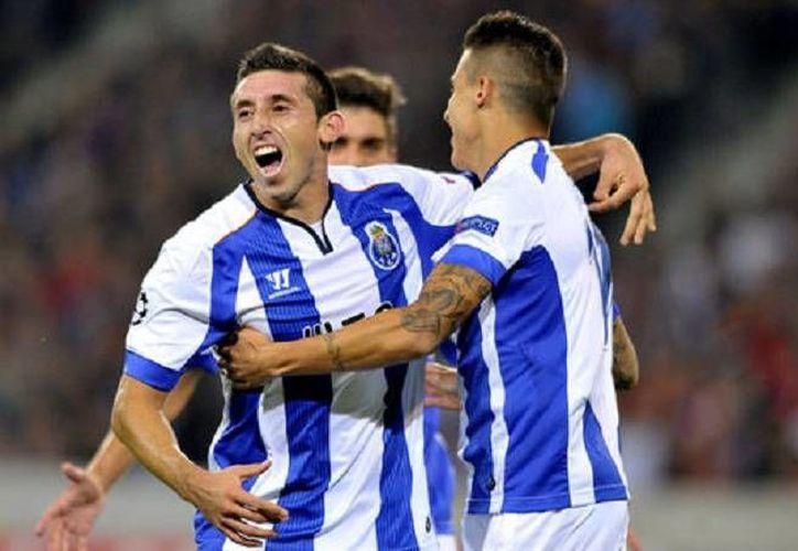 El mexicano Héctor Herrera (de frente)  sacó provecho tras tomar un rechace del arquero del Lille tras un cabezazo de Jackson Martínez. El Porto ganó 1-0 en la fase previa de la 'Champions League'. (EFE)