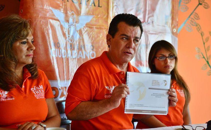 El candidato del Movimiento Ciudadano en rueda de prensa. (Gustavo Villegas/SIPSE)