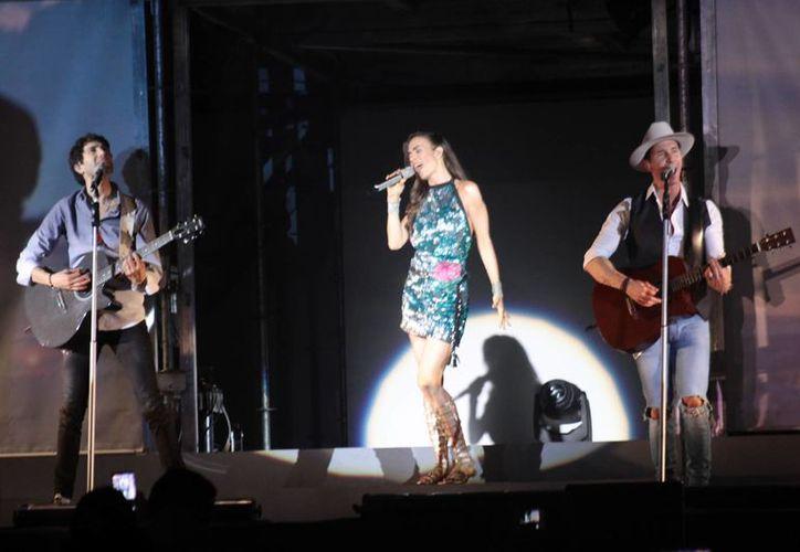 El trío SBE se presentó la noche de este sábado en el Coliseo Yucatán donde tocó temas de su trayectoría musical así como de su nueva producción 'Vuelta al sol'. (SIPSE/ Jorge Acosta)