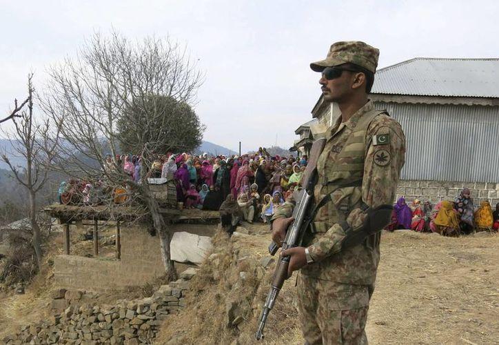 El Ejército paquistaní comenzó los bombardeos después del ataque al aeropuerto de Karachi, que dejó 38 muertos. (EFE)