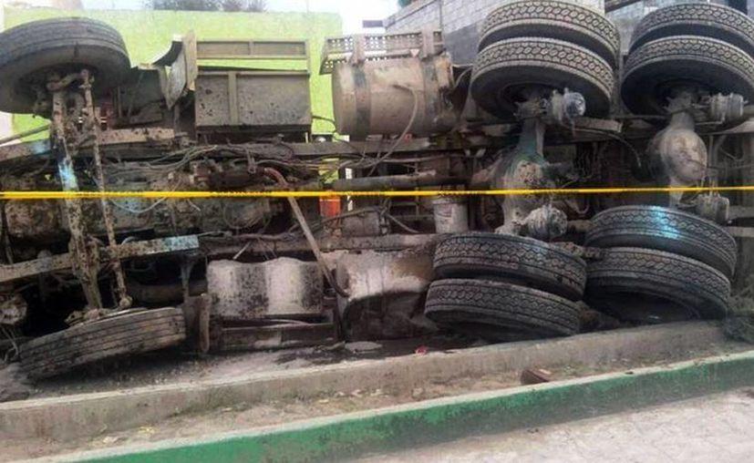La secretaria de Salud, Mercedes Juan López informó que asciende a 26 el número de personas que murieron por el accidente en el que un camión de volteo arrolló a un grupo de peregrinos, ocurrido el miércoles pasado en el municipio de Mazapil, Zacatecas. Imagen del camión accidentado. (ntrzacatecas.com)