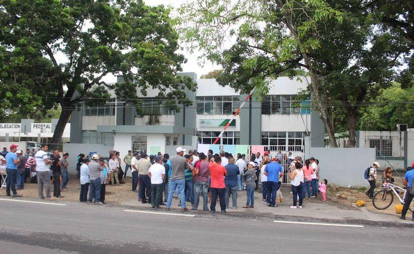 Ayer por la mañana bloquearon el acceso principal de las oficinas de esa dependencia federal. (Daniel Tejada/SIPSE)